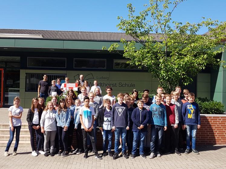Gruppenbild mit Schülern der Ludwig-Windhorst-Schule bei Scheckübergabe an HelpAge