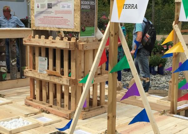 Titelbild mit aufgebauter Experimentierstation auf der IGA Berlin