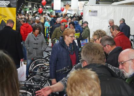 Menschenmenge auf der Fahrradmesse