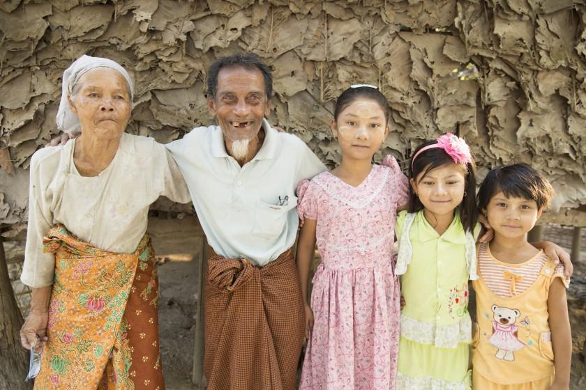 Gruppenbild mit älterem Ehepaar und drei jungen Mädchen