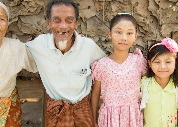 Älteres Ehepaar mit drei jüngeren Mädchen