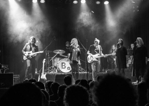 Bühnenbild mit Svenja Leopold und ihrer Band Blazin Vibez