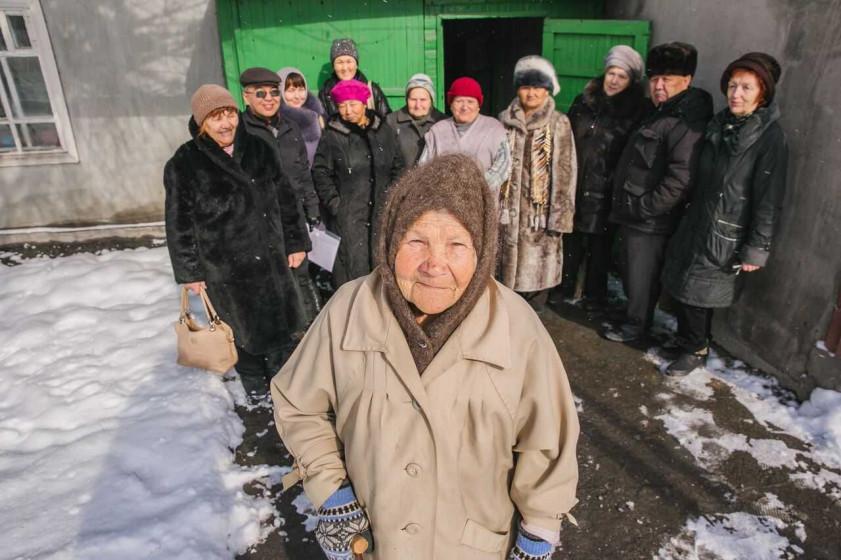 Bild zeigt Aleksandra aus Bischkek mit Gruppe älterer Menschen im Hintergrund