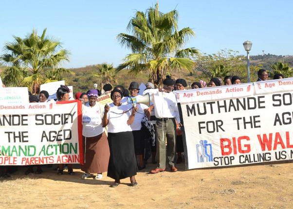 Ältere Menschen in Südafrika demonstrieren gegen bessere Versorgung und Aufklärung in Folge von HIV/AIDS