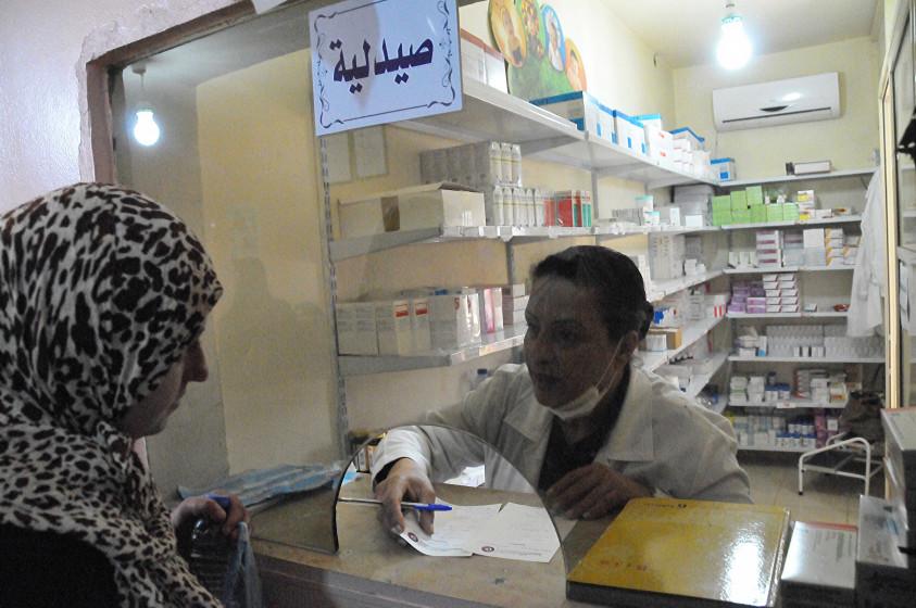 Frau bei Einkauf in der Apotheke im Gesundheitszentrum Kamed El Loz