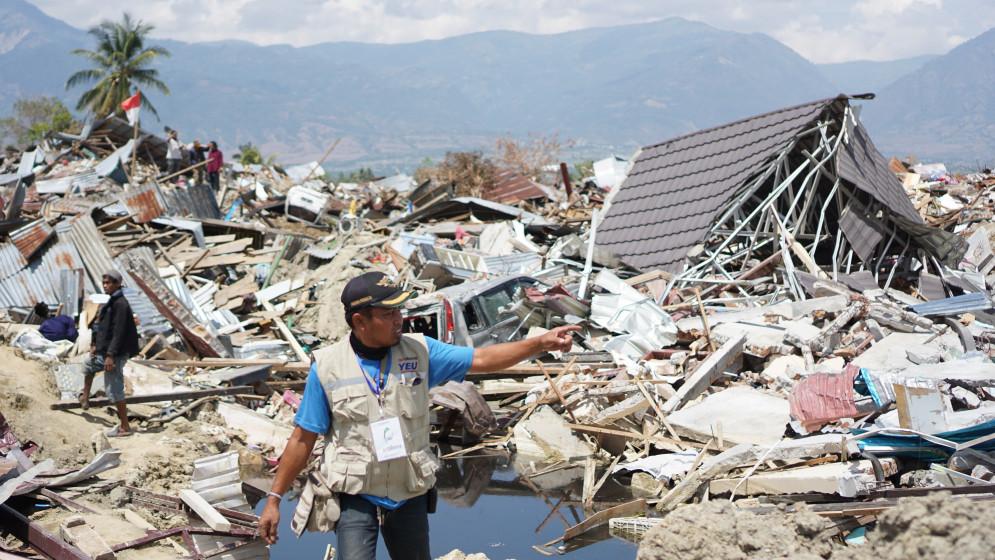 Ein Helfer in den Trümmern