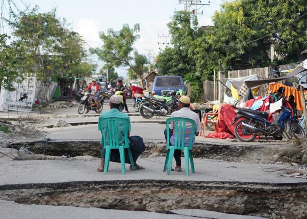 Zwei Männer auf der Straße nach der Naturkatastrophe in Indonesien