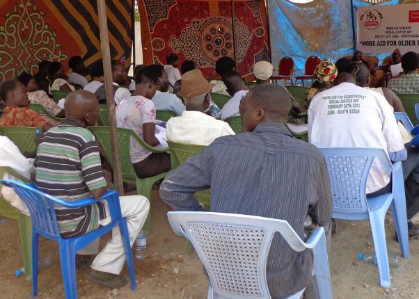 Menschen bei einem HelpAge Vortrag im Südsudan