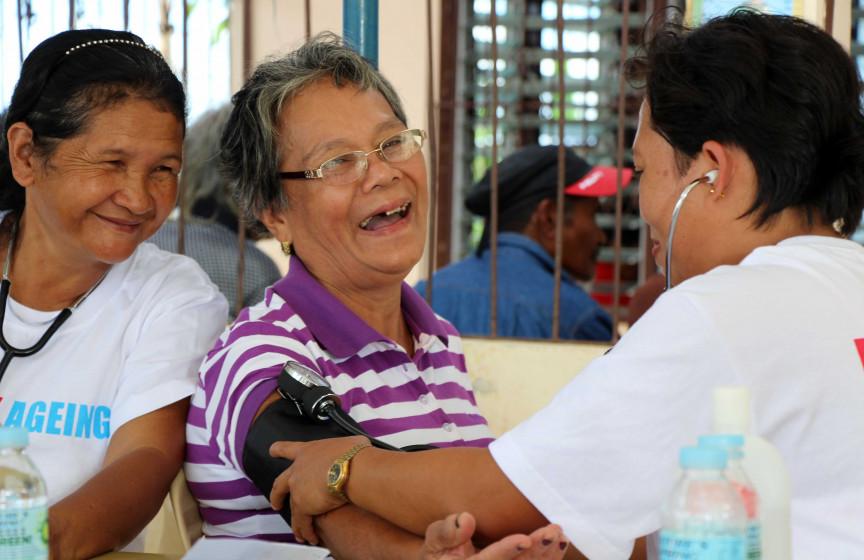 Gesundheitshelfer von HelpAge versorgen Epefania