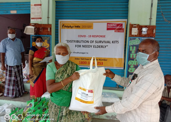 Überreichung eines Lebensmittelpaketes in Indien
