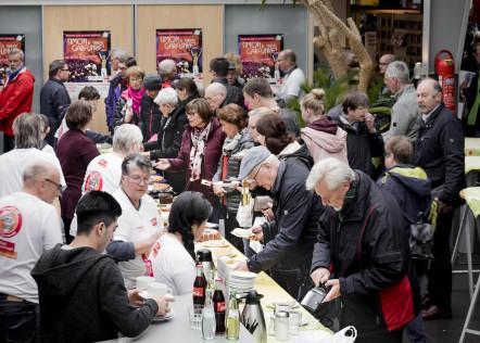 Das HelpAge-Kuchenbuffett der Osnabrücker Fahrradmesse
