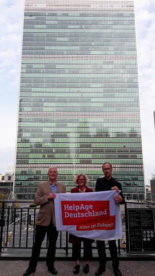 Mit HelpAge-Flagge vor der UN