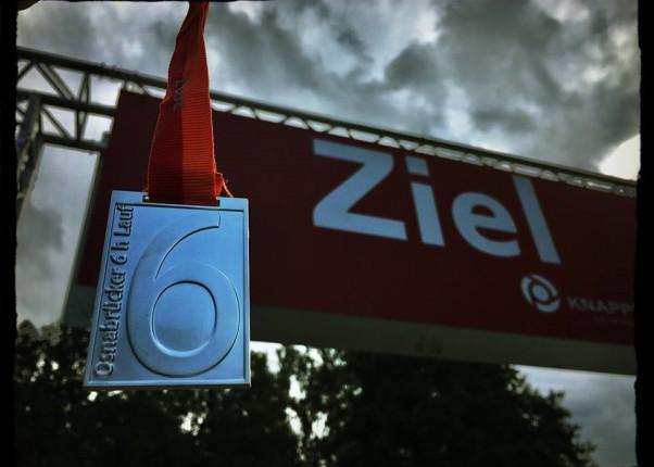 Medaille und Zielbanner beim 6-Stunden-Lauf