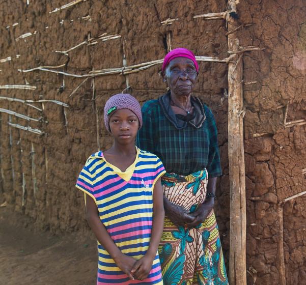 Großmutter mit Enkeln im Projekt Kwa Wazee