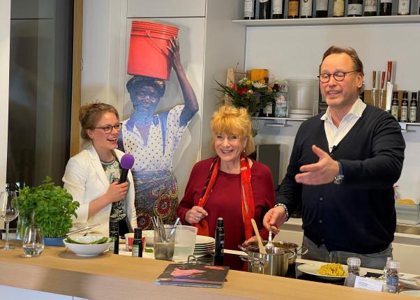Schauspielerin Hannelor Hoger mit 3-Sterne Koch Thomas Bühner und Co-Moderatorin Stefanie Hiekmann