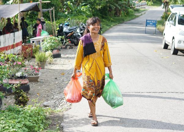 Frau läuft auf einer Straße