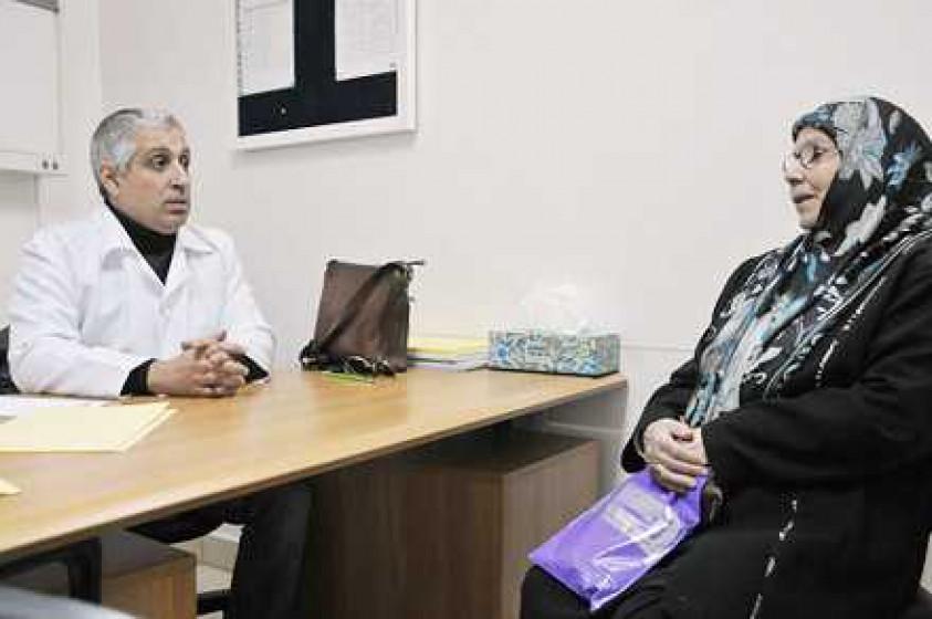 Foto von Jamila und Dr. Manasfe im Gesundheitszentrum Horj