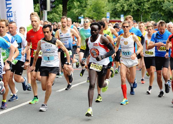Scheckübergabe Remmers-Hasetal-Marathon durch den VfL Löningen an HelpAge Deutschland und St.Anna Krankenhaus Löningen
