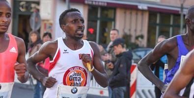 Bild von einem HelpAge Läufer beim BMW Berlin-Marathon