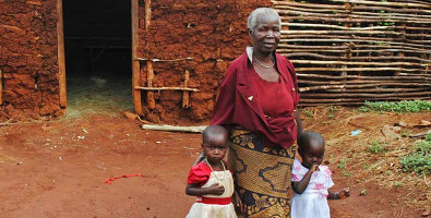 Großmutter mit Enkelkindern in Afrika