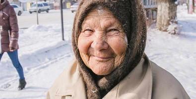 Ältere Frau im Winter