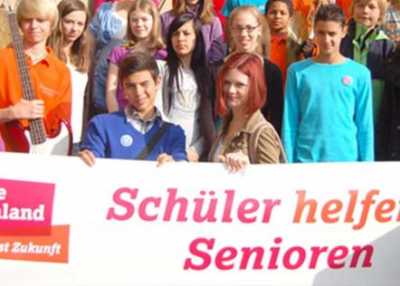 Schüler halten gemeinsam ein Banner für die Aktion -Schüler helfen Senioren-